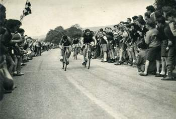 Ken taking first place by a whisker to win the Baslow Road Race in 1949
