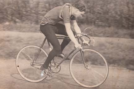 Another unknown rider, this time on fixed-wheel Holland machine, so no doubt in a time trial. He had deep-drop bars on a Major Taylor adjustable stem