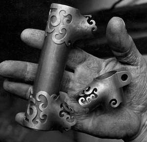 The master's hand with a set of his highly crafted lugs (Image Peter Marlow)