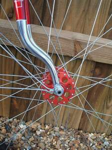 Riders from the 50s have a sentimental attachment to the red version as they were used by the World Sprint Champion Reg Harris in his Raleigh track machines. This image is of course of such a hub in a pair of Bates Diadrant forks