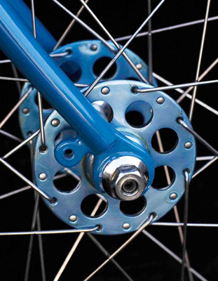 32 hole Airlite front hub, anodised blue, with 15/17g spokes laced to Fiamme sprint rim (Image Horst Friedrichs)