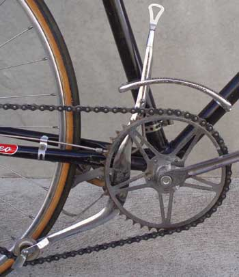 The cable from lever to rear paddles can be seen here