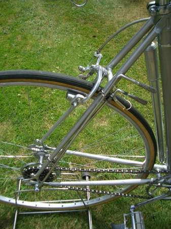 This is the earlier Campagnolo Corsa gear (on a Frejus Super Campionissimo 1949) which has separate levers, one to unlock the hub and the other to move the striker arm which is on the top run of the chain. This still entails the rider pedalling backwards for the change - so not the slickest change in the world. This gear was patented by Tullio Campagnolo in 1933. Photo courtesy of Eric Sayliss
