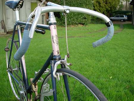 Three-quarter front view detailing the stylish paint job, Strata brake stirrup with Balilla lever and Constrictor alloy lamp-bracket