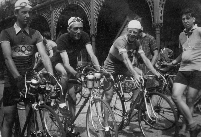 Frank Raine (Polhill) 2nd from right with Osgear (as have riders either side of him)