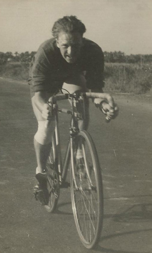GMG competing in Aboukir 25, October 14th, 1945 where he posted winning time of 1.7.30 on fixed-wheel (see card above)