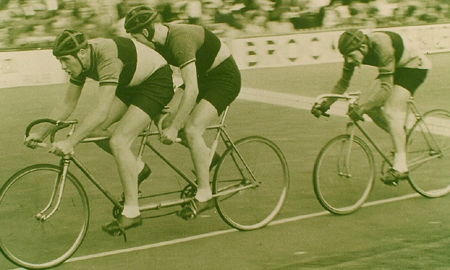 Image of Wally at speed behind the tandem pacers